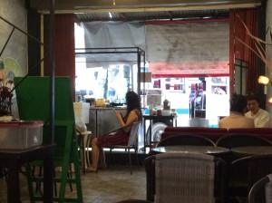 Zwischen Café und Bussteig passt immer noch ein Essstand. In diesem Falll mit Popcorn. Es gibt aber auch solche mit panierten, frittierten Insekten.
