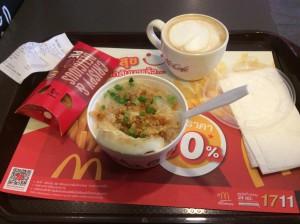 Frühstück auf thailändisch - in der McDonalds-Variante: Chicken-Porridge mit Ei und Thaigras, dazu keine Apfel- sondern eine Eiertasche.