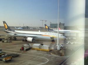 Blick aus dem Gate auf die Jet Airways-Maschinen. Ich werde nie wieder eine davon betreten.